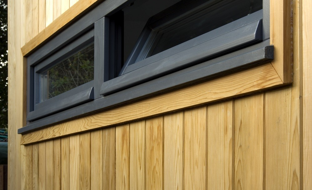 High level double windows for a garden studio by Rooms Outdoor