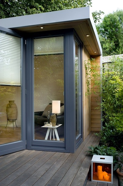 Garden office with overhang and deck area